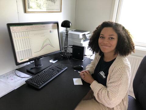 Deborah Dupont visar grafer på datorskärmen