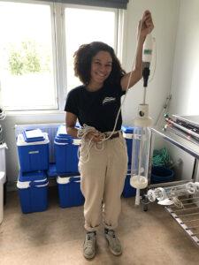 Deborah Dupont visar verktyget man använder för att ta vattenprover.
