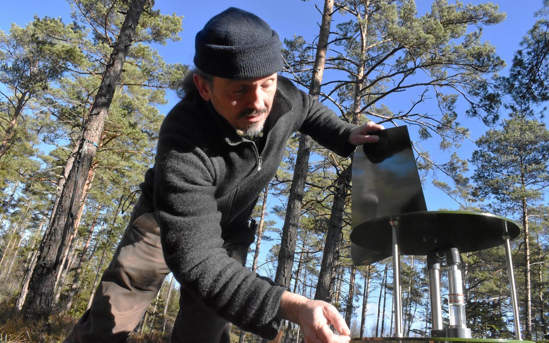 Juha Rankinen sätter upp partikelinsamlaren för Lifeplan