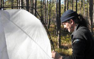 Juha Rankinen sätter upp insektsfällan för Lifeplan